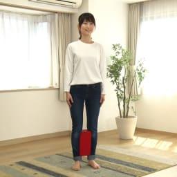 ジェットスリムボディMAX 基本の使い方は、立ってふくらはぎに挟むだけ!自然と姿勢が整い、内転筋だけでなくお腹・お尻周りの筋肉もしっかり使われるようになります。