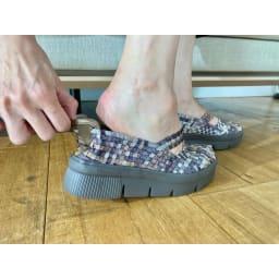 GOMUGOMU/ゴムゴム クロスシューズ かかとに「靴べらパーツ」付き!ココをぐっと引っ張れるので足入れしやすい。柔らかい素材なので靴擦れしにくいのもうれしい!