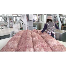 羽毛布団のフルリフォーム(クイーン) 洗浄した羽毛を新品の側生地に吹き込み、手作業で縫製。