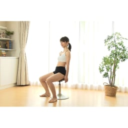 ミズノ スクワットスリール 【座り方】○シリンダーの真上に重心が来るように、座面前部2/3を目安に腰掛けてください。○足はやや開き、股関節を折るようにお尻を突き出すように座る。ヒザが内側に入らないように意識してください。