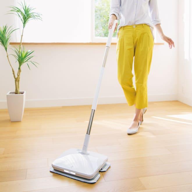 リヴィーズ コードレス電動モップ (替えパッド&専用洗剤の特典付き) 水拭きもから拭きもできる『リヴィーズ コードレス電動モップ』。面倒な床の拭き掃除がぐんとラクになります。