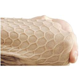 セルスルーエステ 5分袖+ガードルセット(上下同色同サイズ) 六角形の凸凹編みが お肉をつまんで、揉みほぐすように刺激!この六角形は 生地を伸ばしてもつぶれません。(特許取得/特許番号:4520781号)