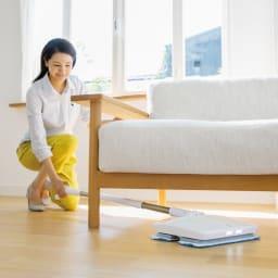 livease/リヴィーズ コードレス電動モップ スティックが水平に倒れるからソファやベッドなど家具の下まで拭き掃除できます。