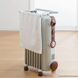 DeLonghi/デロンギ オイルヒーター L字フィン(専用トップハンガー付き) (イ)ブラウン…ベースはホワイト、操作部などにブラウンをあしらった落ち着いた色合い。トップハンガーもつけられます。(※濡れたもの(洗濯物など)の乾燥に利用しないでください。)
