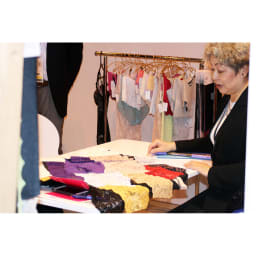 土井千鶴プロデュース 美姿勢ボディスーツ 大手アパレルでパタンナー・デザイナー・マーチャンダイザーとして商品企画を経験後、下着の商品企画に参加。ファッショナブルなランジェリーだけでなく、女性の美しい着こなしのための下着選びなど、ファッションとランジェリー双方に精通した下着情報を発信しています。