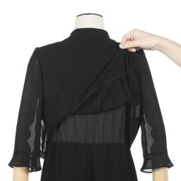東京ソワール ブラックフォーマル アンサンブル風ワンピース(夏用) ジャケットを羽織っているように見えますが、実はワンピース1枚。重なり部分も少なく、背中も熱がこもりにくい。