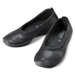 ARCOPEDICO/アルコペディコ バレエシューズ リュクス (ウ)ブラック…定番カラーのブラックは、控えめな光沢感がエレガント。足元が締まって見えるからオフィスにも履いて行けそう。