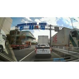 後方カメラ付きドライブレコーダー <前方カメラの映像>前の車のナンバーはもちろん、信号など周囲の状況も鮮明に記録可能!(※メーカー車両にて撮影)
