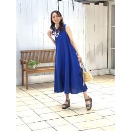 美人ぐせサンダル スタイルアッププラス ○鮮やかなブルーのワンピースにはシックなモスグレーがピッタリ。夏のリゾートにきれいに映えます。