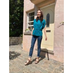 美人ぐせサンダル スタイルアッププラス 〇新色テラコッタ。細身のデニムと合わせると脚長効果抜群!高級感のある光沢で、カジュアルファッションをワンランクアップ。