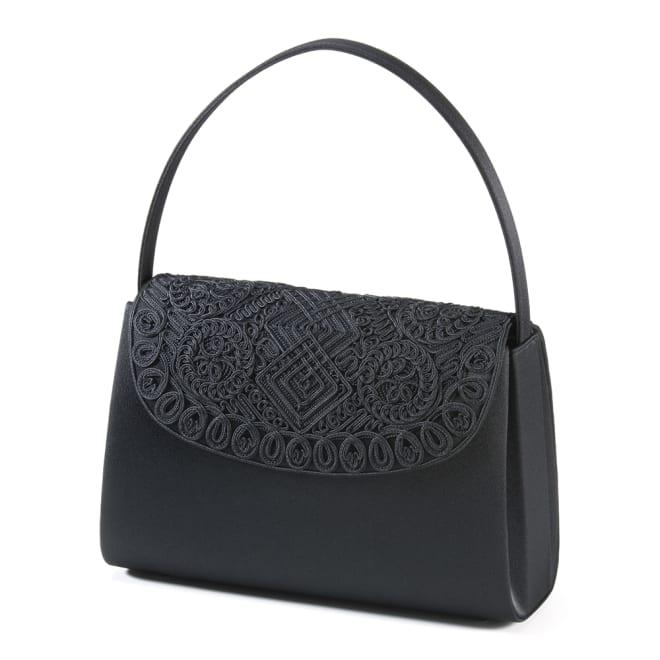 岩佐 コード刺繍フォーマルバッグ フォーマルバッグの老舗「岩佐」との共同企画で、コード刺繍を贅沢にあしらった新作バッグを作り上げました。喪の席に正式な黒の布製で、被せフタ部分に立体的なコード刺繍を贅沢にあしらいました。