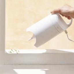 圧縮袋専用電動吸引機エアッシュ 単品 吸引時は「IN」。スライドして「OUT」に合わせると空気が吹き出し、サッシなどのホコリ取りに。