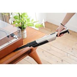 siroca/シロカ 超軽量コードレス スティッククリーナー 隙間ノズルを使えば、棚の狭いすき間、ソファーのすき間にも。