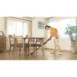 siroca/シロカ 超軽量コードレス スティッククリーナー ヘッドが左右に180度も可動するから、いちいち椅子をどかさなくてもテーブル周りをスムーズにお掃除できます。