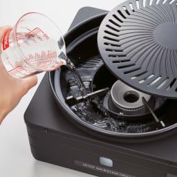 イワタニ マルチスモークレスグリル 使用する際には、プレートの下にある水皿に、水を入れてください。肉からでた脂はこちらの水皿に落ちる仕組みです。火に直接あたらないので煙の発生を抑えます。