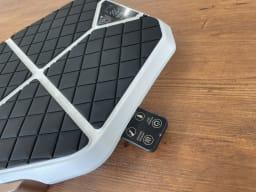 足元EMSトレーニング レグネス 本体サイドにリモコン収納が出来る仕様になっています。充電も同時に可能!