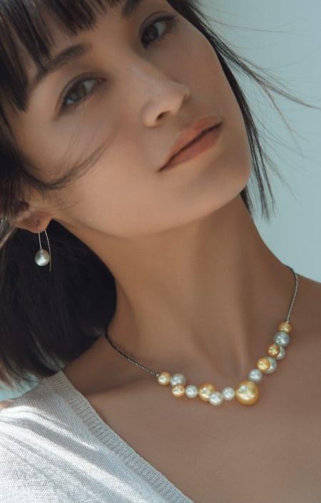 白蝶ゴールドパール バブル ネックレスのコーディネート