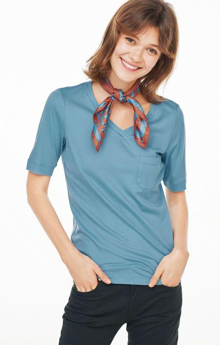 柔らかな肌触りのテンセルコットン VネックTシャツのコーディネート
